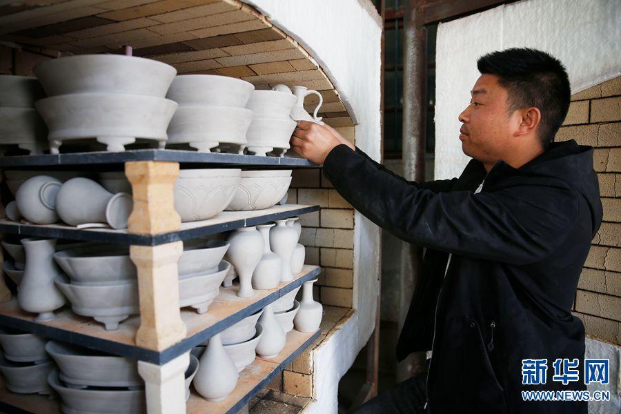 4月3日,河南省宝丰县大营镇清凉寺村艺人李淑杰在装窑。