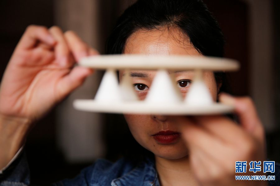 4月3日,河南省宝丰县大营镇清凉寺村艺人陈晓培在支支丁。