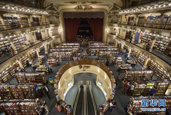 """这是在阿根廷布宜诺斯艾利斯拍摄的雅典人书店(2019年1月8日摄)。 书店是一处心灵栖息之地。在书店,人们享受安宁、汲取知识,自由地徜徉在精神世界的海洋。在4月23日世界读书日之际,请跟随新华社记者走进几家全球""""最美""""书店,在这里放慢时光的脚步,去感受书籍的厚度、知识的温度和精神的力量。 新华社发(马丁·萨巴拉 摄)"""