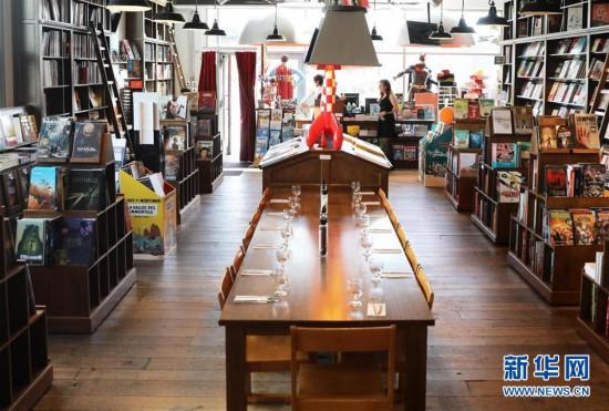 """这是在比利时布鲁塞尔拍摄的""""厨与书""""书店 (2019年4月22日摄)。 书店是一处心灵栖息之地。在书店,人们享受安宁、汲取知识,自由地徜徉在精神世界的海洋。在4月23日世界读书日之际,请跟随新华社记者走进几家全球""""最美""""书店,在这里放慢时光的脚步,去感受书籍的厚度、知识的温度和精神的力量。 新华社记者 潘革平 摄"""
