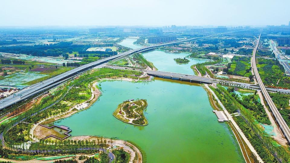6月10日,建设中的郑州贾鲁湖公园湖水碧绿、树木葱郁。根据规划,贾鲁河沿线将建设3个滨水湖泊。综合治理工程完工后,贾鲁河将成为集防洪除涝、生态文明、人文展示、娱乐健身功能于一体的生态文明建设示范工程。记者 聂冬晗 摄