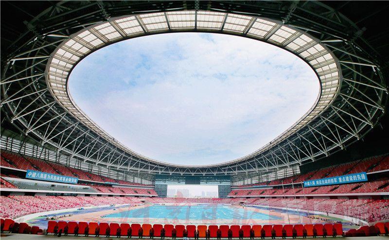 """6月25日拍摄的郑州奥林匹克体育中心主场馆。据悉,郑州奥体中心是第十一届全国民族运动会主场馆,总建筑面积约58.4万平米,包括6万座体育场、1.6万座体育馆、3000座游泳馆以及商业,是郑州市民公共文化服务区""""四个中心""""建设中最早开工、规模最大的项目。自2016年11月1日开工以来,各参建单位以一流施工效率和一流建设品质,圆满交付品质工程。目前,项目已施工完成,惊艳绽放迎接第十一届全国民族运动会的盛大启幕。"""