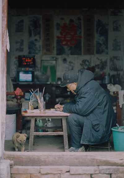 2019年1月,父亲焦金安在堂屋门口画画。退休后他回到乡村,画下自己所在的村庄近70年的时代变迁。