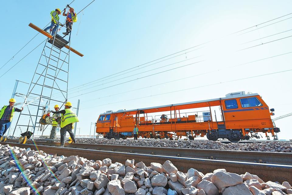 7月15日,在郑万高铁方城车站,郑州工务机械段工作人员正对线路进行综合维修整治。按照计划,郑万高铁将于今年8月联调联试,今年年底开通运营。王铮 梁展 摄