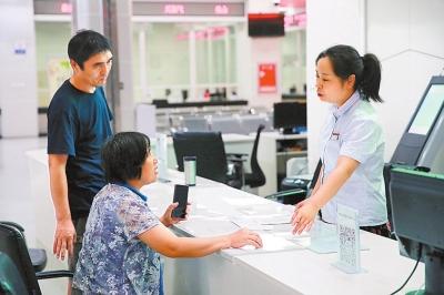 """郑州""""双休日开放便民服务"""" 提高了办事办证效率"""