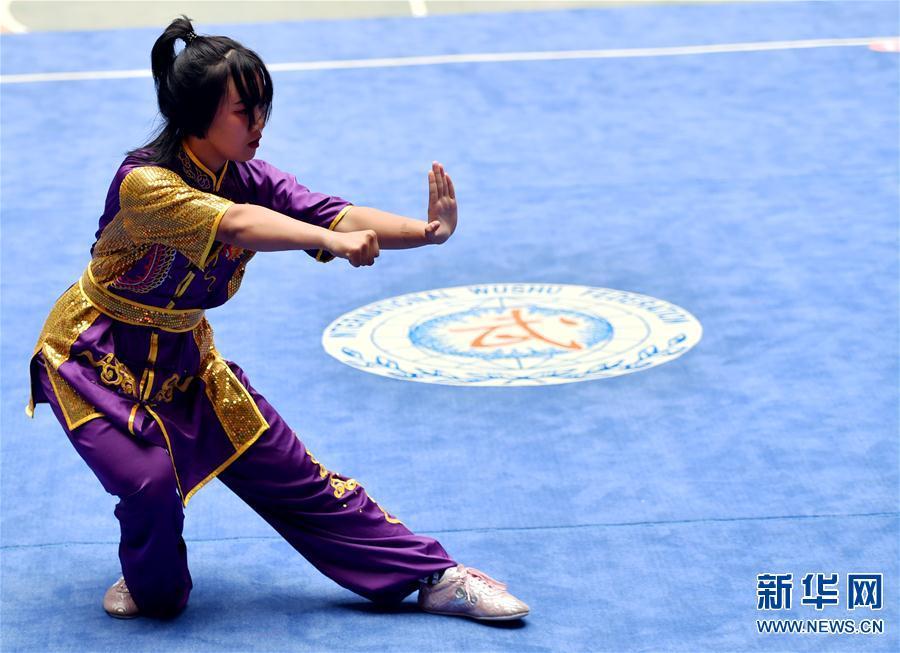 7月20日,内蒙古自治区赤峰市红山区代表队选手李成棋在女子B组第三套国际竞赛套路——南拳项目的比赛中。 当日,第十六届全国武术之乡武术套路比赛在河南省温县陈家沟太极拳文化国际交流中心开赛。本次比赛为期三天,共吸引了来自全国各地近百支代表队的1600余名选手参赛。 新华社记者 李嘉南 摄