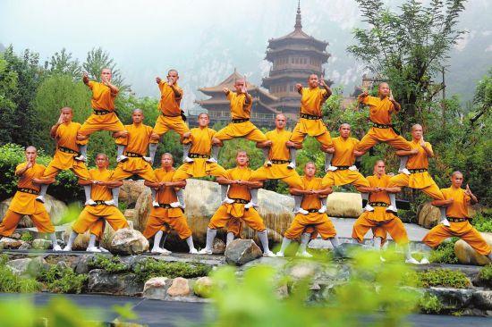 8月6日,河南省光山县寨河镇耿寨村新生合作社社员正在冒着高温酷暑采挖莲藕。谢万柏 摄