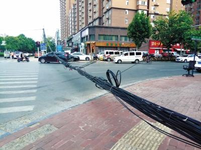 郑州的架空线缆损坏下垂影响交通 8月20日前要整治完成