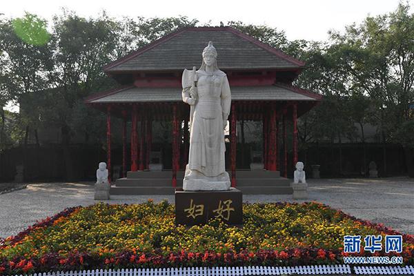这是位于河南安阳殷墟宫殿宗庙遗址内的妇好雕像(2018年10月12日摄)。新华社记者 李安 摄