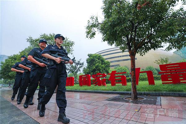 8月21日,郑州市公安局郑东分局交管巡防大队在郑东新区冒雨进行武装巡逻。