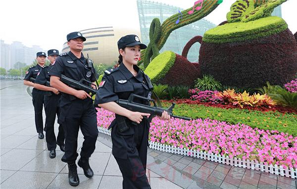 """为""""迎民族盛会庆七十华诞""""活动提供有力保障,郑州警方在全市范围内组织开展集中清理清查统一行动,组织民警、辅警、保安队员、巡防队员及各种综治力量,采取安全检查、清理清查、武装巡逻等方式,对各类违法犯罪形成高压态势和强大震慑,创造安全稳定的社会环境,最大限度提升群众安全感和满意度。"""