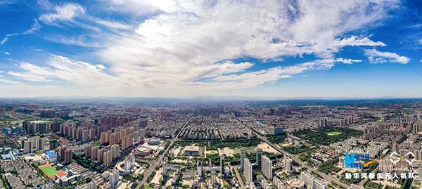 """8月28日,河南省安阳市区,蓝天白云与城区天际线""""无缝对接"""",""""安阳蓝""""""""颜值爆表""""。当日,安阳市秋高气爽,湛蓝的天空之上,如棉花糖般的云朵点缀其中,美感十足。蓝天之下,鳞次栉比的高楼,与簇团的绿色交相辉映,更富现代气息。新华网 麻翛然 摄"""