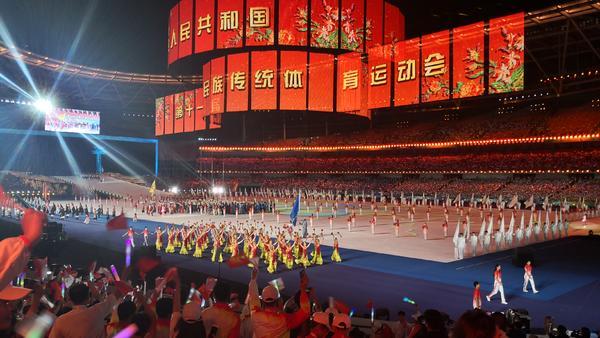 迎民族盛会,庆七十华诞。北京时间9月8日晚8时,第十一届全国少数民族传统体育运动会开幕式在河南省郑州市隆重举行。各省、自治区、直辖市、新疆生产建设兵团、中国人民解放军和台湾少数民族共34个代表团、7009名各民族运动员参赛,参赛队伍和参赛人数均为历届之最。 来自祖国各地的56个民族的兄弟姐妹,今天欢聚中原,共赴4年一度的民族盛会。这里,是9月8日的郑州奥林匹克体育中心,第十一届全国少数民族传统体育运动会开幕式在此盛大举行!(记者 宋向乐 莫韶华 祝传鹏 刘杨)