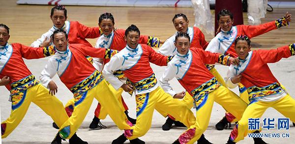 9月9日,西藏代表队在比赛中表演节目《光耀雪域 追梦藏源》。当日,第十一届全国少数民族传统体育运动会表演项目比赛在郑州工程技术学院举行。新华社 郝源 摄