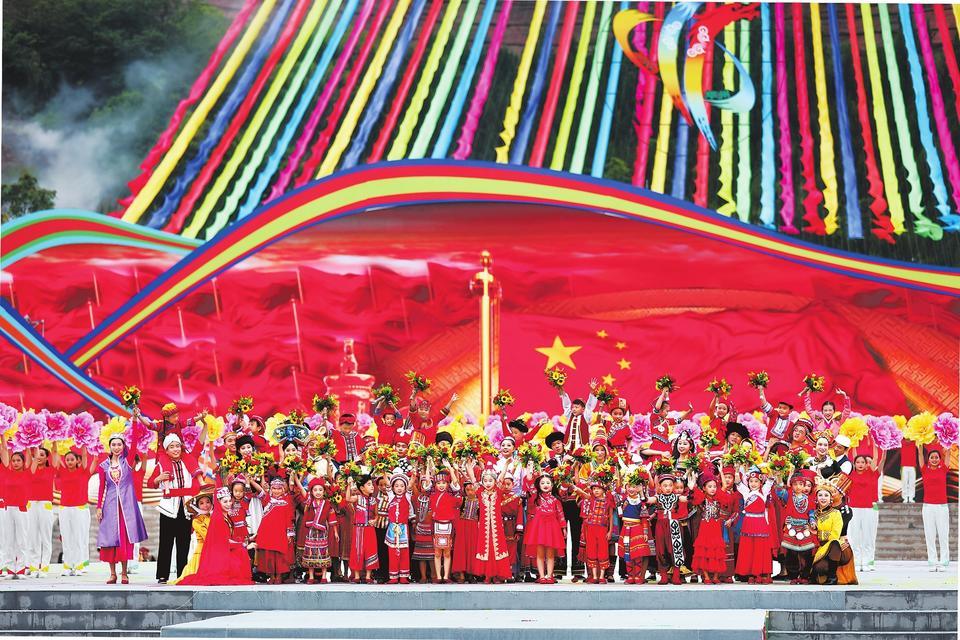 第十一届全国少数民族传统体育运动会期间,各族同胞相聚在一起,载歌载舞,唱出了团结奋斗、共同繁荣发展的心声。河南日报记者 陈晨摄