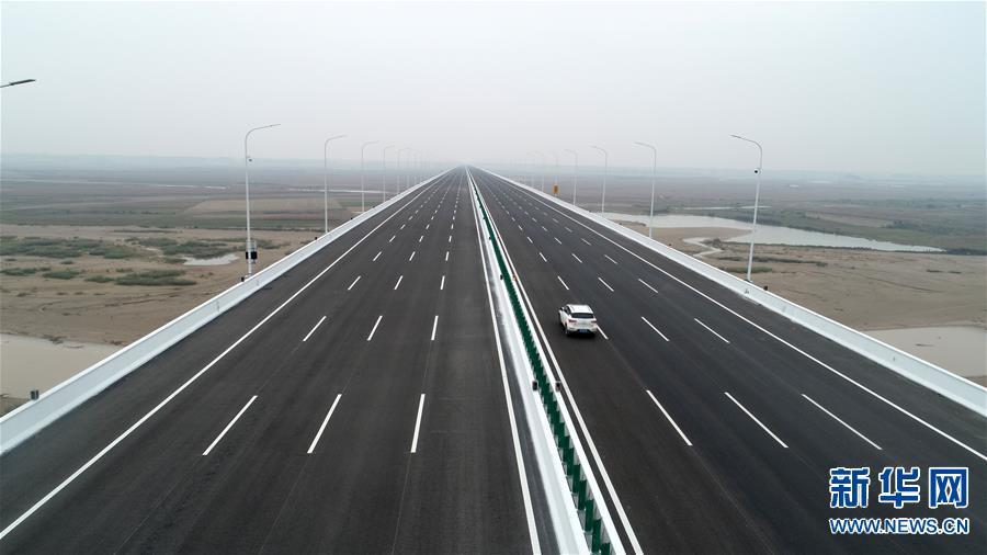 10月16日,车辆驶过国道107河南官渡黄河大桥(无人机拍摄)。 当日,由中交一公局承建的国道107河南官渡黄河大桥正式通车。新华社发(郝源 摄)