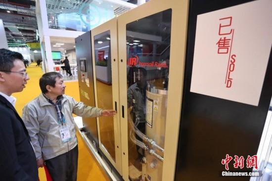 """11月10日,在上海国家会展中心,第二届进博会迎来闭幕日。在高端智能装备展区,部分展品贴出""""已售""""标签,成果喜人。其中,来自西班牙重90吨的高精度机床已售出4台;美国企业英格索兰生产的二级压缩机也有所收获。图为美国企业英格索兰生产的二级压缩机有所收获。张亨伟 摄"""