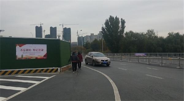 市民质疑郑州十七里河跨航海路桥围挡5年
