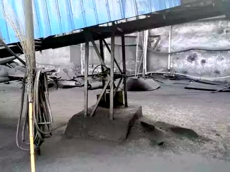 3 煤炭输送廊道地面散乱严重.jpg
