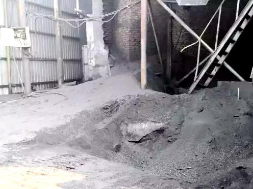 4 煤炭输送廊道周边到处是煤灰.jpg