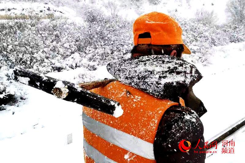 1月7日凌晨起,河南焦作地区大雪飞舞。早上7点,铁道线上的积雪已经有了20多厘米。为确保运输畅通无阻,中国铁路郑州局集体有限公司月山工务段的职工走上铁道线,在漫天的雪花中检查铁路线路钢轨状态,检修铁路存在的不良处所。(王占军 摄)