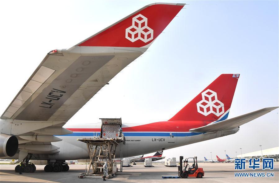 3月22日,郑州新郑国际机场工作人员将防疫物资装机。 新华社 记者李嘉南摄