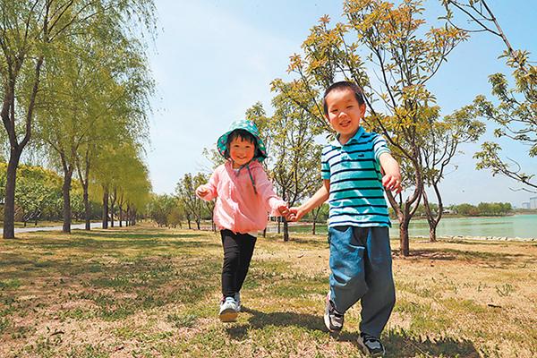 郑州的一个公园内,孩子们愉快地玩耍,尽情欢笑。记者 聂冬晗 王延辉 摄