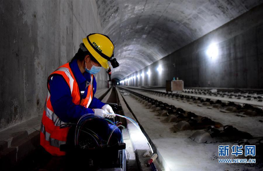 5月10日,中铁电气化局工程人员在郑州新郑机场至郑州南站城际铁路工地施工。 目前,郑州新郑机场至郑州南站城际铁路加紧建设,工程进入电气化施工阶段,计划2020年底建成通车。 新华社记者 朱祥 摄