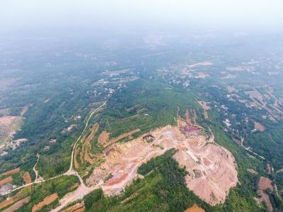 河南登封:村民耕地旁现数百米无证矿坑,谁挖的?官方回应:不清楚