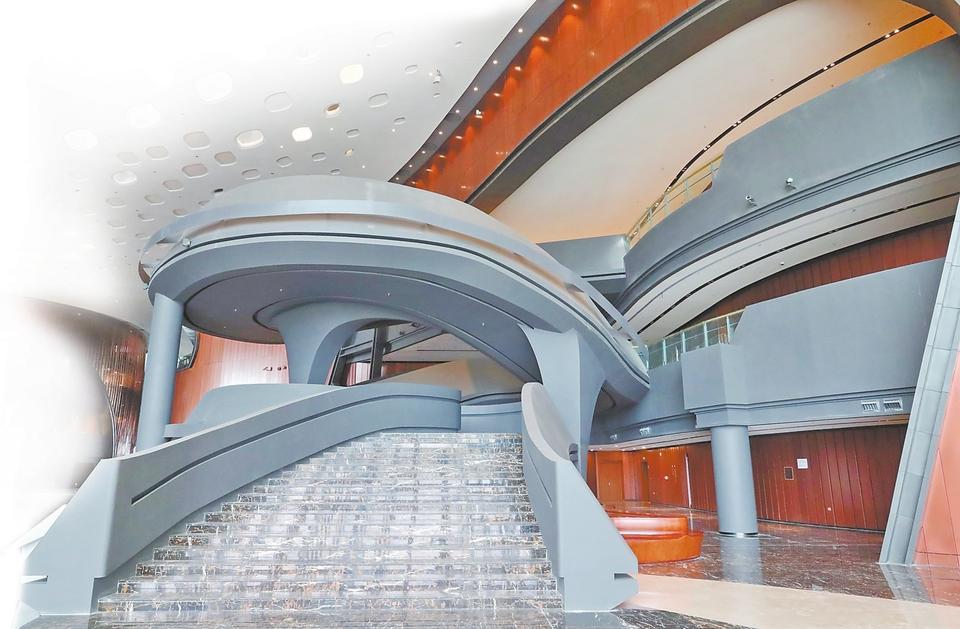 """坐落于郑州常西湖新区,市民公共文化服务区的郑州大剧院是郑州西区中央文化区(CCD)的重要组成部分。它是河南省唯一一个乃至全国为数不多的集""""歌舞剧场、音乐厅、戏曲厅、多功能厅""""为一体的高效、专业、实用的甲等剧场,中原地区表演艺术的最高殿堂。""""黄河帆影,演绎中原艺术之源泉,艺术之舟,唱响九州文明之华章。""""郑州作为华夏文化的发源地,历史悠远,底蕴深厚。故郑州大剧院以""""黄河帆影,艺术之舟""""为设计理念,描绘一艘承载文明的古舟巨舰,航行于黄河之上,经天亘地,扬帆破浪。"""