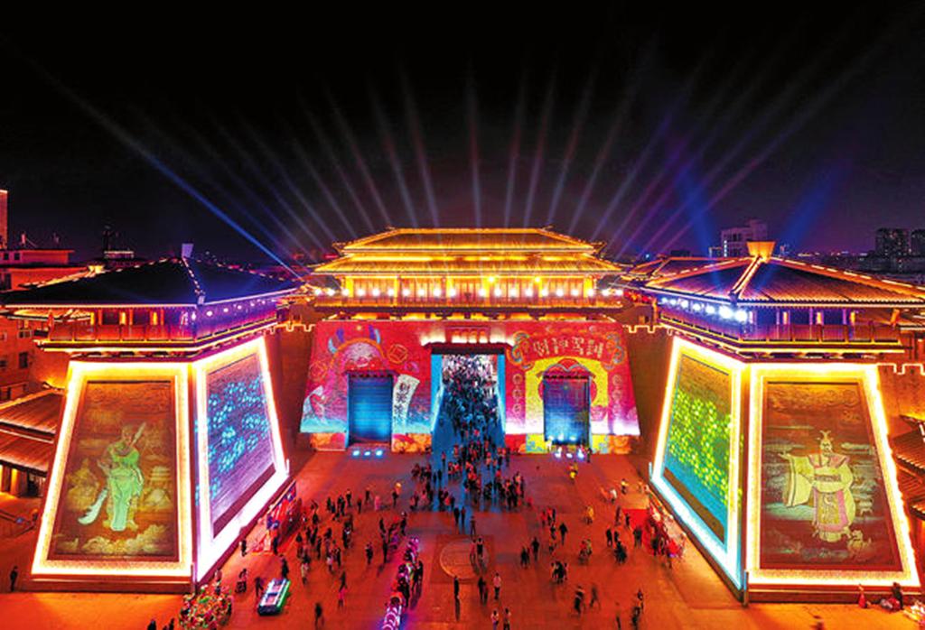 春节期间,夜幕下的许昌市曹魏古城举办灯光秀,利用光、电、投影等高科技和时尚、现代的表现手法,展现出曹魏古城深厚的文化底蕴,吸引了众多市民、游客驻足观赏。
