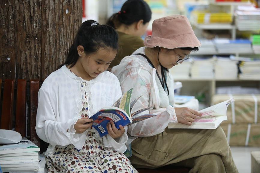 """安静凉爽的阅读环境和内容丰富的书籍,使孩子们充分感受到了读书""""充电""""的乐趣。(董红巧  摄)"""